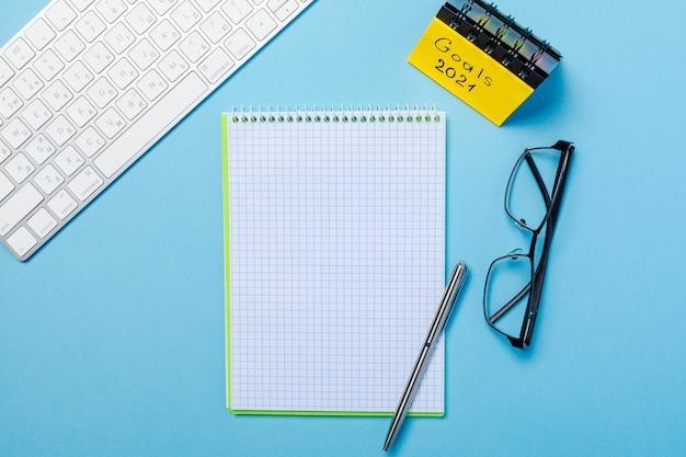 Doelstellingen voor 2021 op zijn notitieboekje