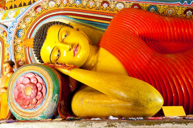 Doende leunen boedha in tempel isurumuniya in anuradhapura sri lanka