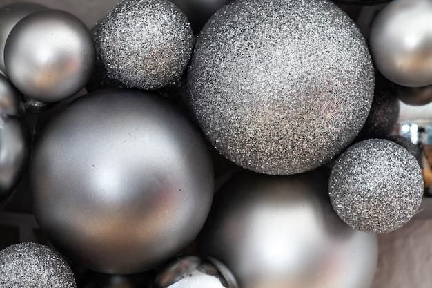 Doffe en glanzende ballen van een adventskrans