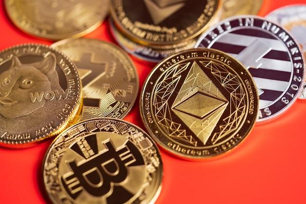 Dogecoin doge-groep inbegrepen bij cryptocurrency-munt bitcoin, ethereum eth, bitcoin cash bch, ethereum classic etc-symbool
