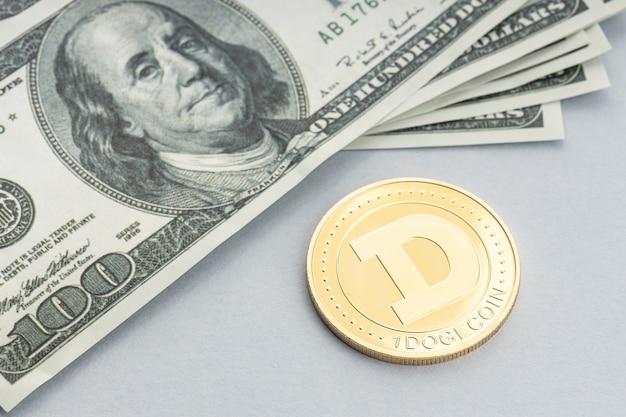 Dogecoin-munt en een stapel amerikaanse dollarbankbiljetten. blockchain-geld versus fiat-geldconcept