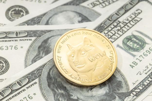Dogecoinmuntstuk op dollarbankbiljetten. cryptocurrency op amerikaanse dollarbiljetten