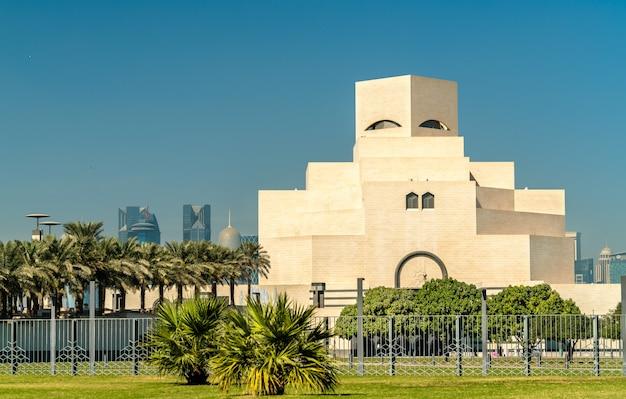 Doha, qatar. het museum voor islamitische kunst. uniek modern ontwerp beïnvloed door oude islamitische architectuur