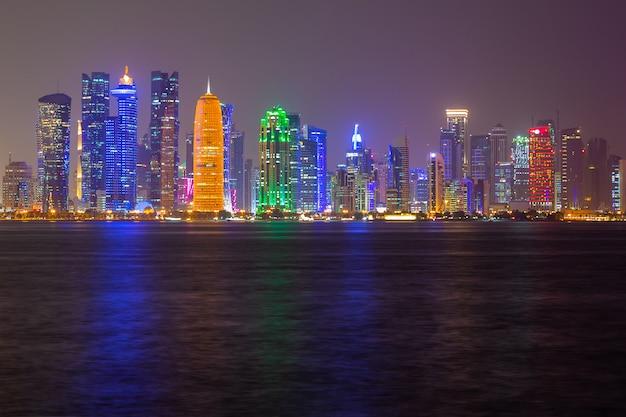 Doha skyline nacht uitzicht op de stad, qatar