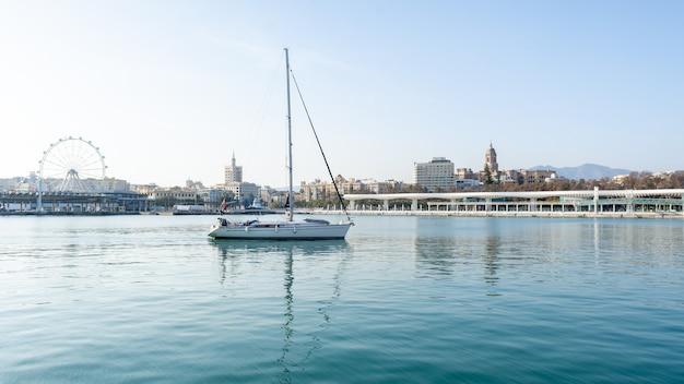 Dok van de haven van malaga op een zonnige dag. andalusië, spanje
