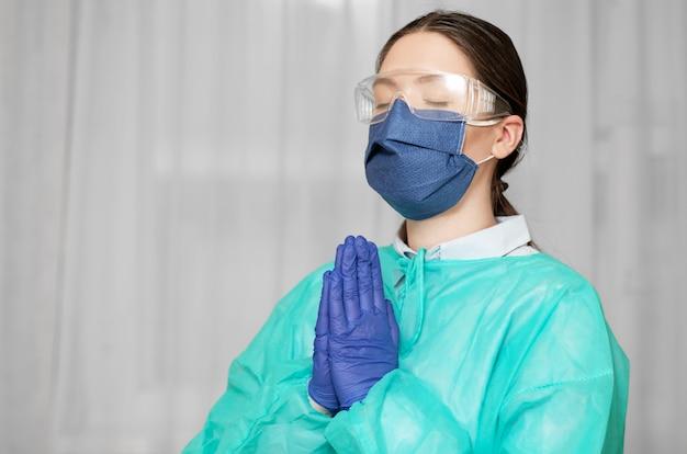 Dokter bidt tot god in epidemie, verzoek om redding, coronavirus pandemie
