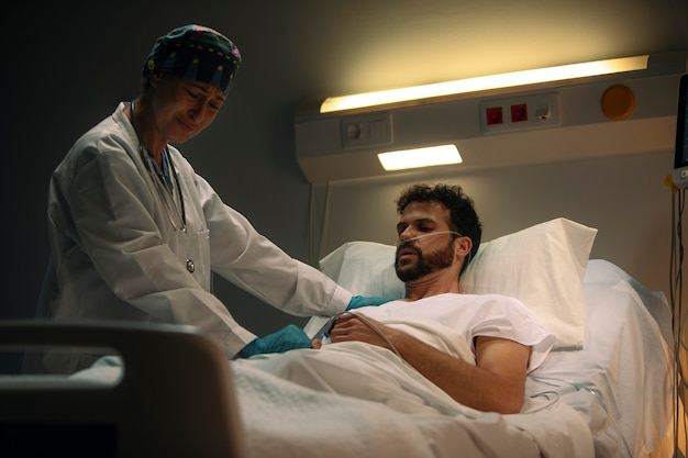 Dokter controleert een van haar patiënten checking