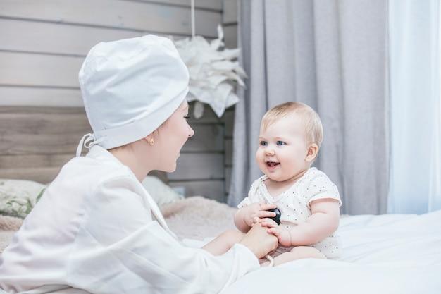 Dokter daagt uit en behandelt een klein kind in een witte kamer