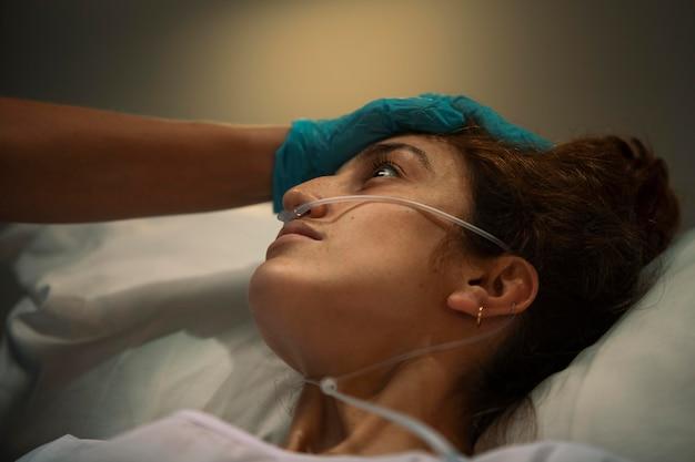 Dokter die een patiënt in het ziekenhuis controleert