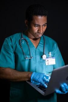 Dokter die op laptop werkt