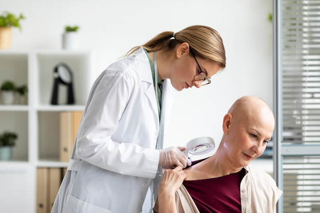 Dokter doet een controle bij een patiënt met huidkanker