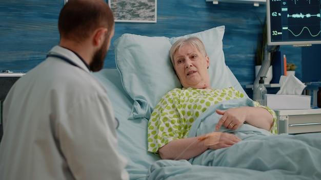 Dokter doet gezondheidszorgoverleg met gepensioneerde patiënt