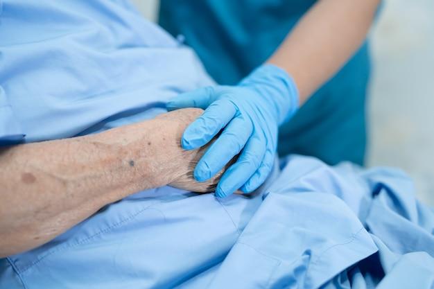 Dokter draagt handschoenen in ziekenhuis ter bescherming van covid-19 coronavirus.