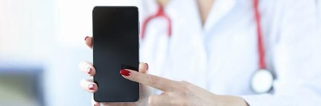 Dokter drukt zijn vinger op het scherm van het concept van de artsoproep van de mobiele telefoon