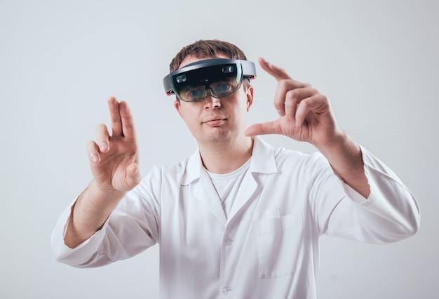 Dokter gebruikt augmented reality-bril.