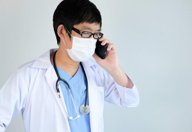 Dokter gebruikt de mobiele telefoon voor coronavirus, covid19 door telehealth en roept op voor update en screening van de behandelingstest.