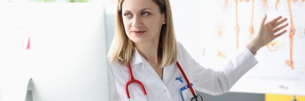 Dokter geeft les in geneeskunde op afstand via internet