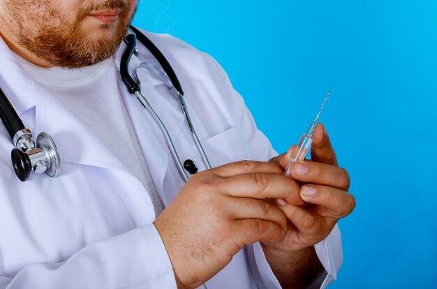 Dokter handen in medische spuit met injectie spuit, gezondheidszorg in het ziekenhuis.