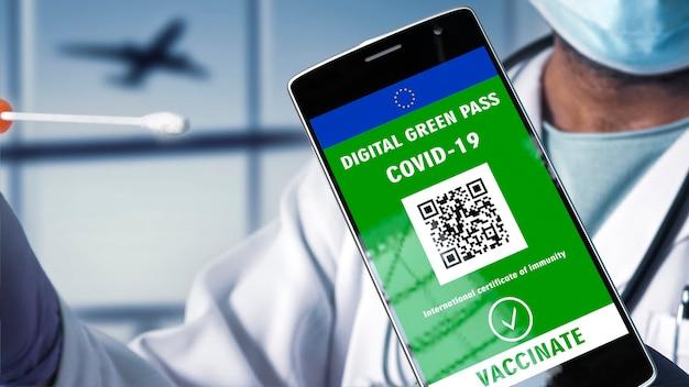 Dokter heeft een covid-19 coronavirus sneltest, en telefoon met de digitale groene pas. luchthaven en vliegtuig achtergrond. reis zonder beperkingen.