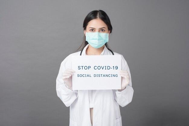 Dokter houdt coronaviruspapier vast