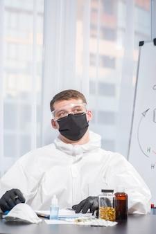 Dokter in uniform van pbm berekent de virusformule. corona-uitbraak. concept van covid-19 quarantaine. arts en medische zorg. persoonlijke beschermingsmiddelen. stop virus.