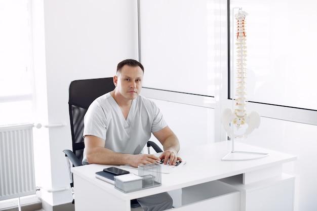 Dokter in wit uniform op kantoor