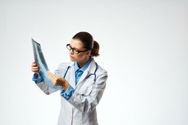 Dokter in witte jas onderzoek professioneel ziekenhuiswerk