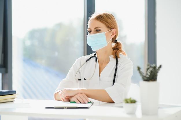 Dokter in ziekenhuis met medisch masker ter bescherming tegen coronavirus 2019 of wereldwijde covid-19-uitbraak.