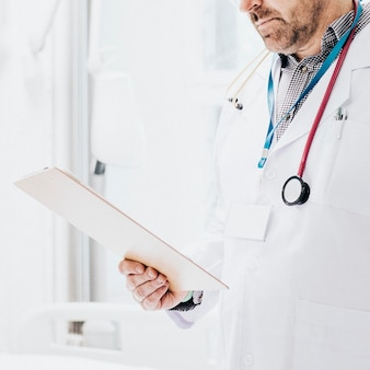 Dokter leest een medisch dossier van een coronaviruspatiënt