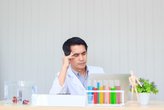 Dokter mannelijke werkende laptop met uitdrukking verwart