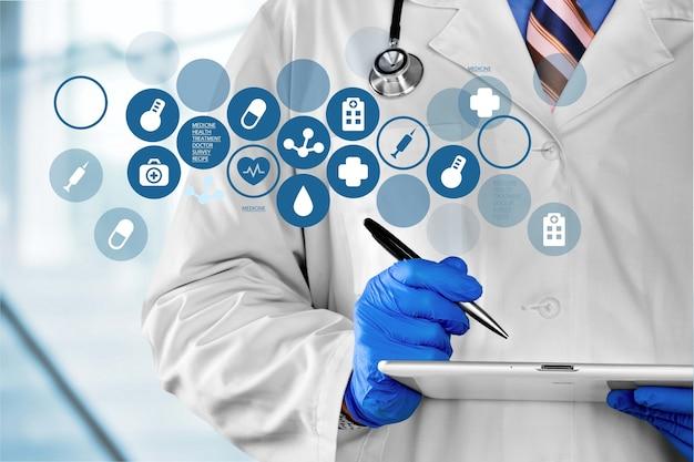 Dokter met digitale tablet en verschillende medische pictogrammen