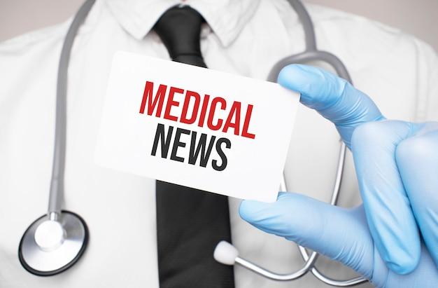 Dokter met een kaart met tekst medisch nieuws, medisch concept