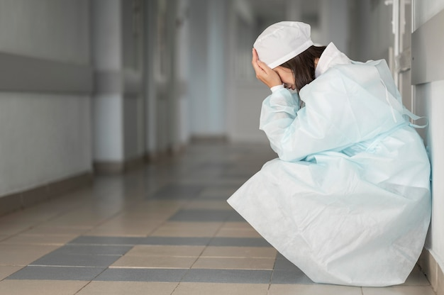 Dokter moe na een lange dienst in het ziekenhuis