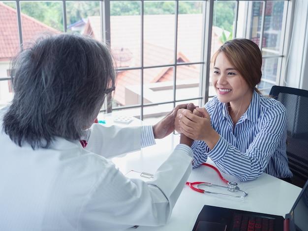 Dokter moedigt patiënten in het ziekenhuis aan