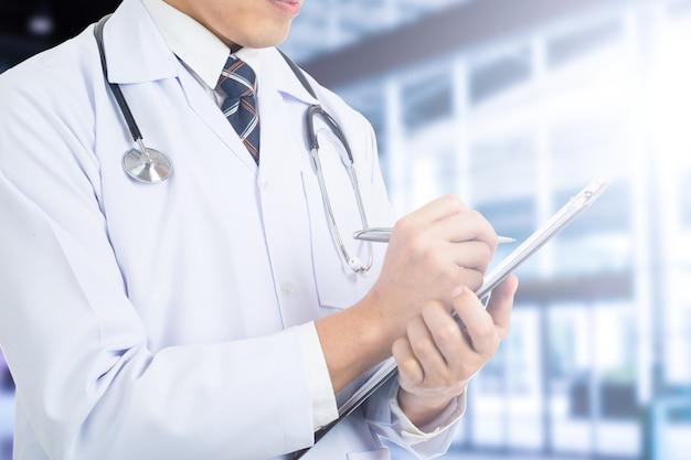 Dokter noteert zijn rapport voor controlepatiënt in het ziekenhuis.