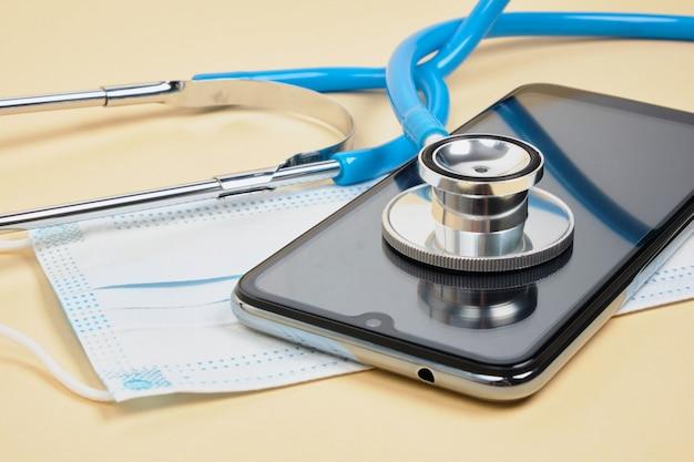 Dokter online concept, gezichtsmasker met stethoscoop, virtueel ziekenhuis afspraak maken met arts