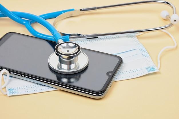 Dokter online concept, gezichtsmasker met stethoscoop, virtueel ziekenhuis medisch onderzoek online