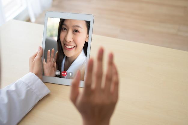 Dokter online videoconferentie met de patiënt om symptomen van de ziekte te controleren en te vragen en advies en overleg te geven over hoe zorg te dragen voor gezondheid, telegeneeskunde en telegezondheidsconcept.
