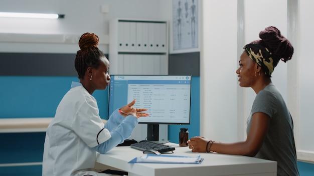 Dokter praat met patiënt over lichamelijke pijn en ziekte
