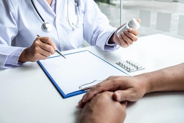 Dokter presenteert met patiënt en controleert resultaten op rapport en recept over het probleem van ziekte en raadt het gebruik van medicijnen, gezondheidszorg en medisch concept aan.