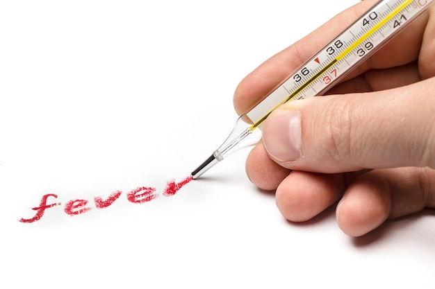 Dokter schrijft koorts met een thermometer in plaats van een pen