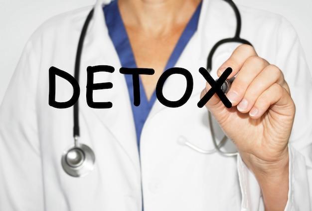 Dokter schrijven woord detox met marker, medische concept