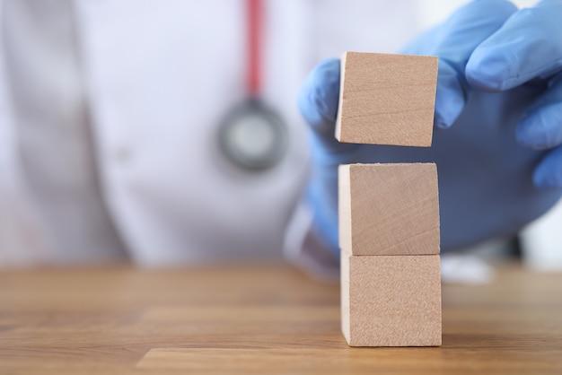 Dokter toren van houten kubussen bouwen