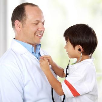 Dokter veel plezier met zijn patiënt