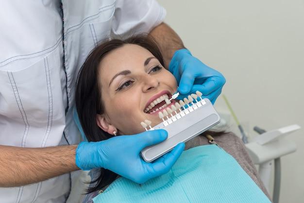 Dokter vergelijkt vrouwentanden met sampler in de tandheelkunde