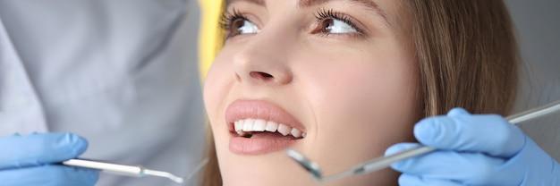 Dokter voert tandheelkundig onderzoek uit bij vrouwelijke patiënt