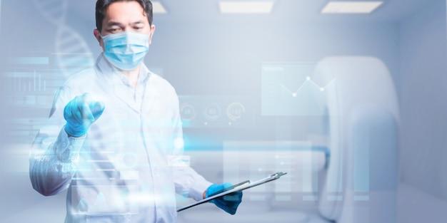 Dokter werkt met klembord van medicatiegeschiedenisrecords en raakt futuristisch scherm aan. perfecte medische service in het ziekenhuis.