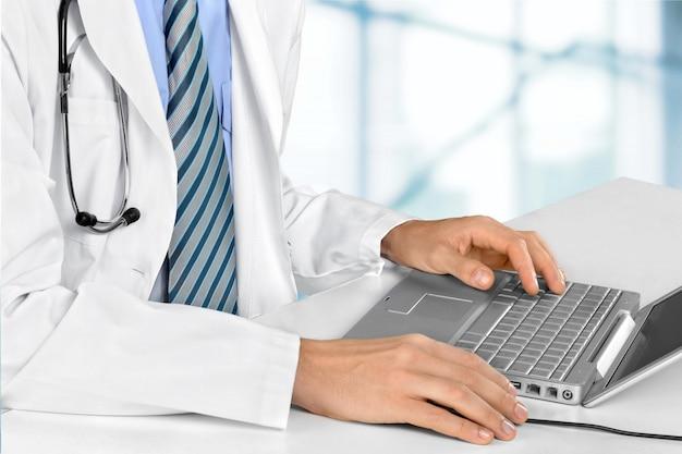Dokter werkt op laptopcomputer close-up