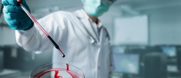 Dokter, wetenschapper analyse en diagnose van het controleren van bloedtestresultaten en virusinfectie, gezondheidszorg en virusverspreidingsgegevens.