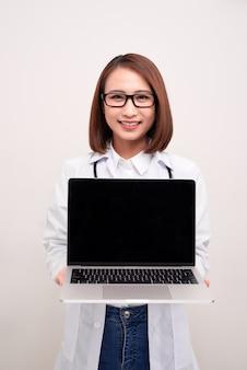 Dokter woma met laptop op met
